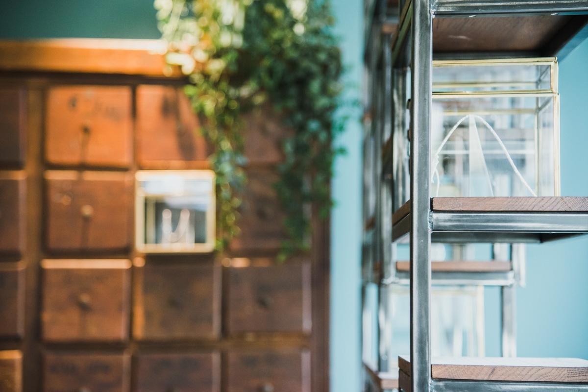 Bedrijfsreportage Kristel De Bruijn sieraden Heeze Peacez Maatwerk Meubelen fotograaf weert geldrop valkeswaard fotostudio edelsmit heeze winkel interieur fotografie goudsmit trouwring bruidsfotografie heeze moodz fotografie product fotografie sieraden