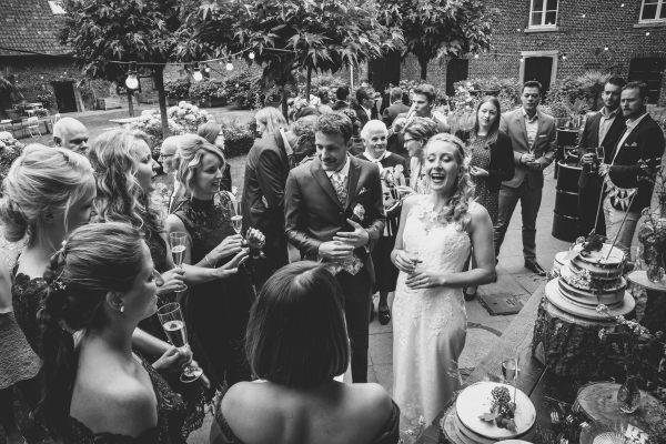 trouwlocatie viva lanteren wittem limburg trouwens in het bos spontane momenten emoties trouwjurk wedding belgie amsterdam fotograaf trouwfotograaf bruidsfotograaf foto fotografie bruiloft wedding fotograaf moodz fotografie MOODZ fotografie bruidspaar trouwjurk bruidstaart ceremonie binnenlocatie
