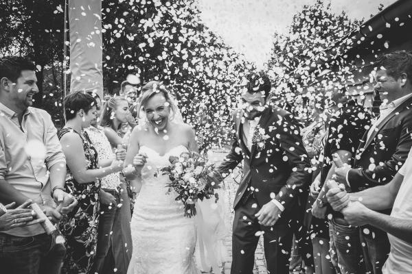 bohemian wedding trouwlocatie natuurpoort de peel deurne helenaveen buiten trouwen trouwens in het bos spontane momenten emoties trouwjurk wedding belgie amsterdam fotograaf trouwfotograaf bruidsfotograaf foto fotografie bruiloft wedding fotograaf moodz fotografie MOODZ fotografie bruidspaar trouwjurk bruidstaart ceremonie binnenlocatie